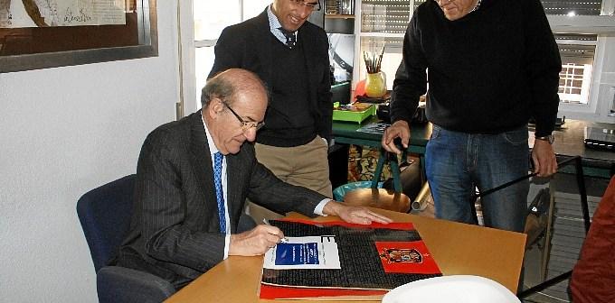 Firma alcalde cuadros Castro Crespo Medallas Huelva 14 (1)