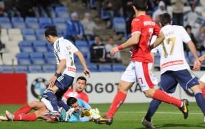 Linares pelea un balón ante el portero del Murcia, Casto. (Espínola)