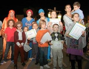 Niños participantes en el concurso de dibujo de Navida de Dubaiytu junto a los pajes tras recibir sus diplomas.