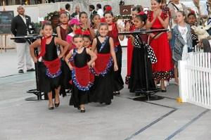 Las Niñas de la Escuela de Danza de la almonteña Ana Pérez, con su hija Lola al frente, levantaron furor en la noche de Reyes de Dubái.