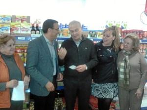 Entrega del cheque a Resurgir por parte del presidente de la Diputación.