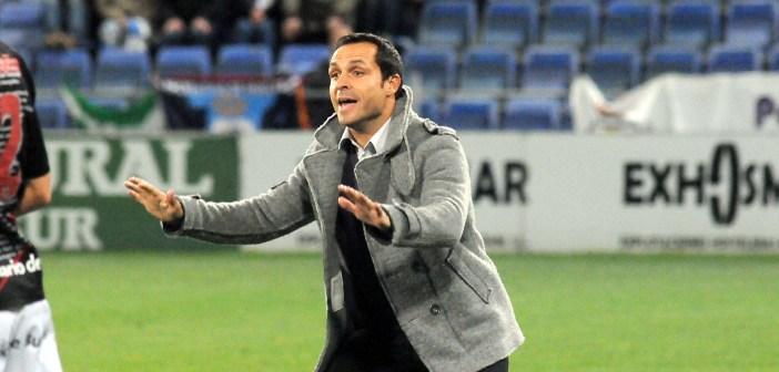 Sergi Barjuan, técnico del Recreativo, pidiendo calma a sus jugadores. (Espínola)