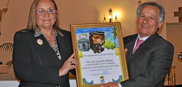 La Alcaldesa de Isla Cristina, Maria Luisa Faneca entrego un obsequio conmemorativo al Exaltado Luis Gonzalez