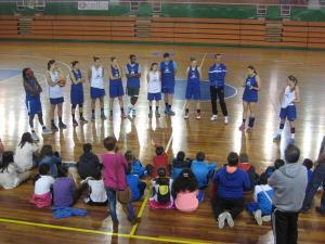 Visita del Colegio Tres de Agosto al entrenamiento del CB Conquero.