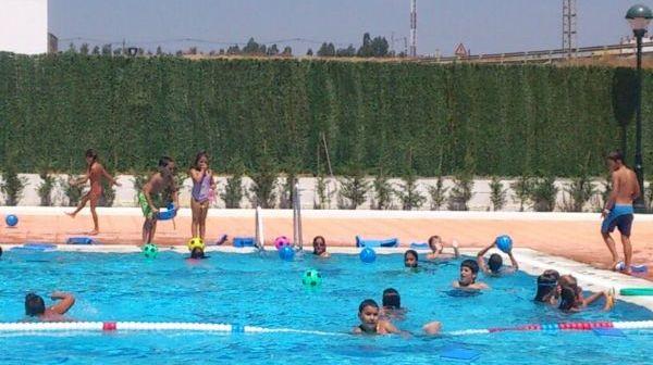 Cursos de natación en la piscina de Gibraleón.