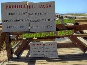 Detalle ampliado del cartel colocado por la Direccion General de Costas para cerrar la pasarela