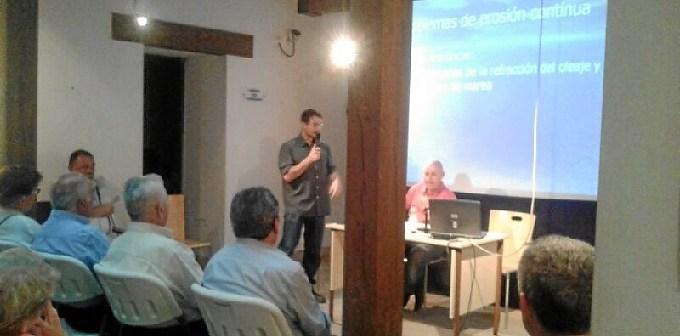 El concejal de Cultura escucha atentamente al geologo Jose Alberto Collazo