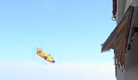 Uno de los medios aéreos empleados coge agua de la ría del Piedras.