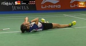 Carolina Marín llora tras proclamarse campeona del mundo de bádminton.
