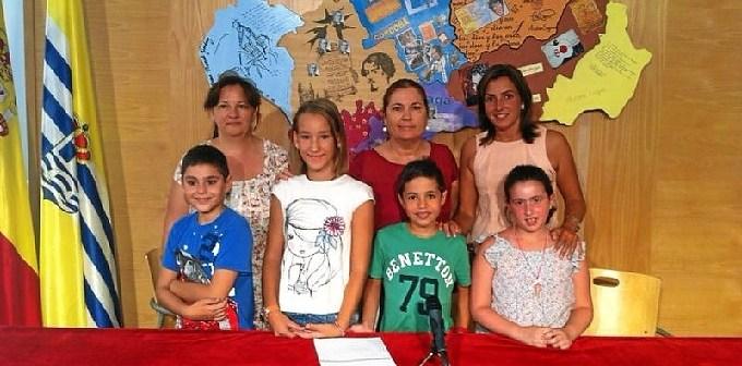 Isabel Lopez y M del Carmen Beltran junto a la tecnica de educacion y los alunmos y alumnas que han participado