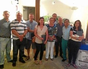 La alcaldesa,el concejal de cultura y el presidente del consejo con los ganadores de los concursos