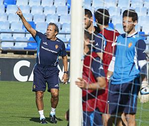 Víctor Muñoz, técnico del Zaragoza, durante un entrenamiento.