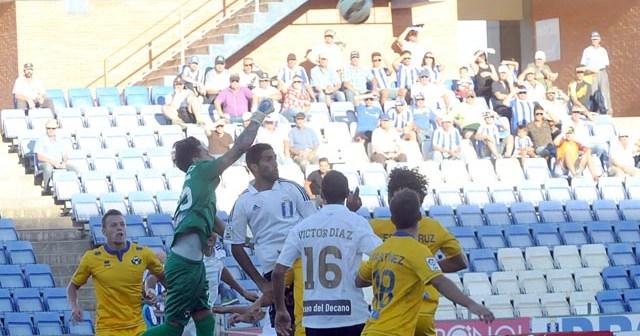Javi Jiménez, portero del Alcorcón, despejando un balón ante Menosse. (Espínola)