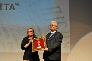 La Alcaldesa de Isla Cristina entrego la Medalla de la Ciudad a La Higuerita