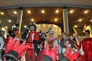 Manuel Carrasco junto a la Alcaldesa, la Concejala de Festejos, la concejala de Educacion y las Reinas del Carnaval