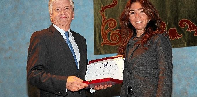 Enrique de Porres, consejero delegado de ASISA, recoge el Premio de manos de María José Marzal.