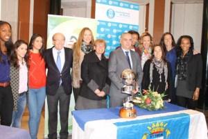 Jugadoras del CB Conquero con la Copa de la Reina.