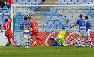 Jugadores del Recreativo encajando un gol ante el Girona. (Espínola)