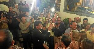 Cruz es aplaudido en la sede socialista de Huelva tras su triunfo el domingo.