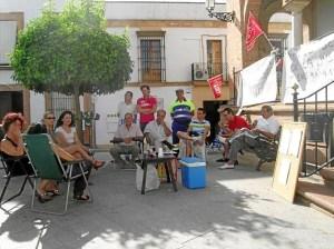 Los despedidos de Bollullos frente al Ayuntamiento.