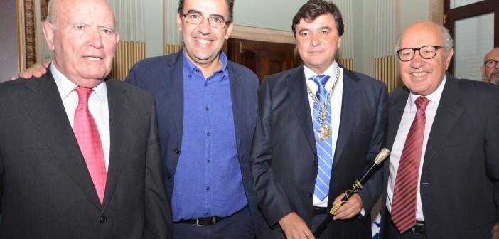 Juan Ceada, Mario Jiménez, Gabriel Cruz y José Antonio Marín Rite tras la sesión plenaria en la que Cruz ha sido elegido alcalde de Huelva.
