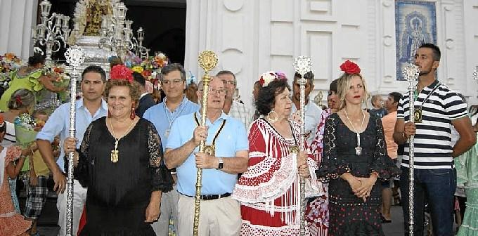 La Alcaldesa junto al Hermano Mayor de la Hermandad del Carmen y el resto de los miembtos del Equipo de Gobierno