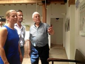 Lopez Ortega muestra a los ediles algunos detalles de las publicacion