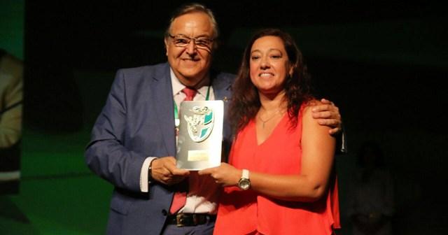 Eduardo Herrera entregando el premio a Manuela Romero, presidenta del Fundación Cajasol Sporting.