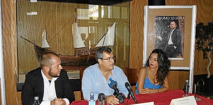 El concejal de Cultura, en el centro junto al cantaor y la bailora, ha presentaod le Festival