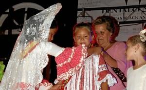 La Alcaldesa impuso la Mantilla a las dos Reinas