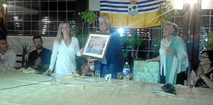 La Teniente de Alcalde, Montserrat Marquez hizo entrega de un pergamino conmemorativo a la Higuerita