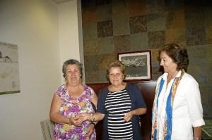 La Alcaldesa y la delegada del Area de Mayores han hecho entrega de las llaves de la vivienda a esta usuaria