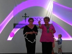 La Presidenta de la Junta Local de la AECC muestra la llave del local que le entrego la Alcaldesa