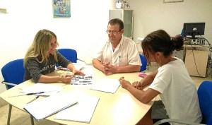 Montserrat Marquez, a la izquierda muestra el proyecto a Jose Antonio Martin, FIPAC y Ana Ortiz, ACI