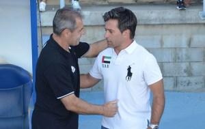 Jose Dominguez saluda a Alcázar, técnico del Mérida.