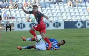 Kikas tirándose al suelo ante un jugador del Mérida. (Espínola)
