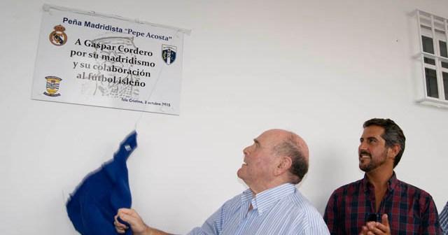 José Acosta descubriendo la placa de su peña madridista en Isla Cristina.