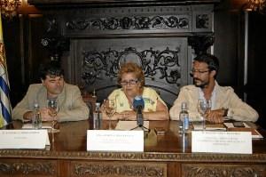 La Alcaldesa junto al autor y al concejal de Biblioteca durante la presentacion
