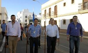 Francisco Gonzalez en el centro junto al presidente de la Hermandad y Jose Perez a la derecha de la imagen