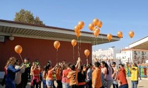 Los escolares ha realizado una suelta de globos naranjas