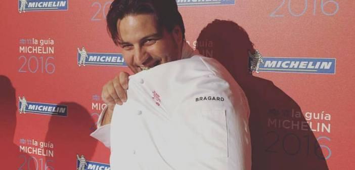 Xanty Elías en el momento de recoger la chaqueta que lo acredita como Estrella Michelín.