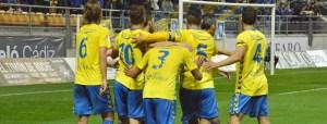 Jugadores del Cádiz celebrando un gol ante el Recreativo.