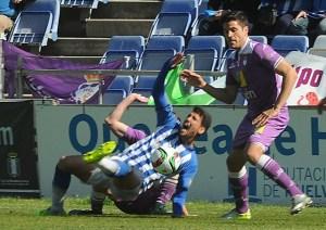 Alejandro Ceballos, ante jugadores del Jaén. (Espínola)