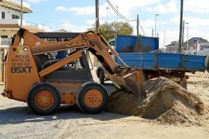 Labores de retirada de arena de la calle Miramar