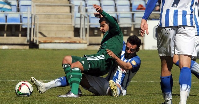 Mario Marín despejando un balón ante el Betis B. (Espínola)
