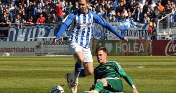Miguelito presionado por un jugador del Betis B. (Espínola)