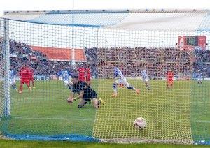 Rubén Mesa marcando de penalti. (Espínola)