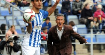 Diego Jiménez sacando de banda con Alejandro Ceballos al fondo. (Espínola)