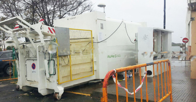El compactador instalado en El Rompido.