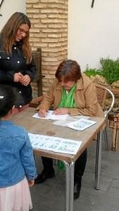 Luna Romero firmando libros